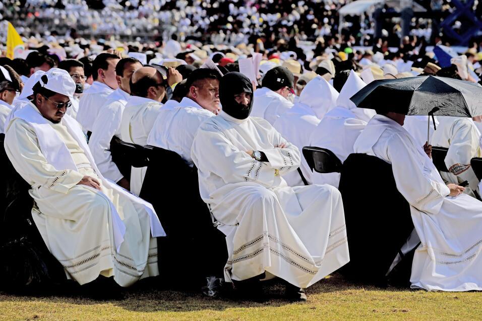 Un grupo de sacerdotes asiste a la misa del Papa en el estadio Venustian...