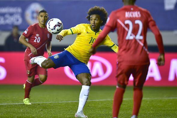 Tras los dos primeros goles, el juego se volvió ríspido, y Brasil tuvo l...