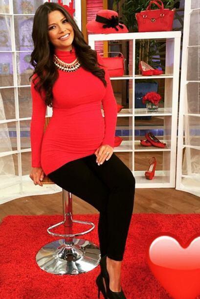 ¡Bellísima! Nuestra mamita vestida de rojo, el color del am...