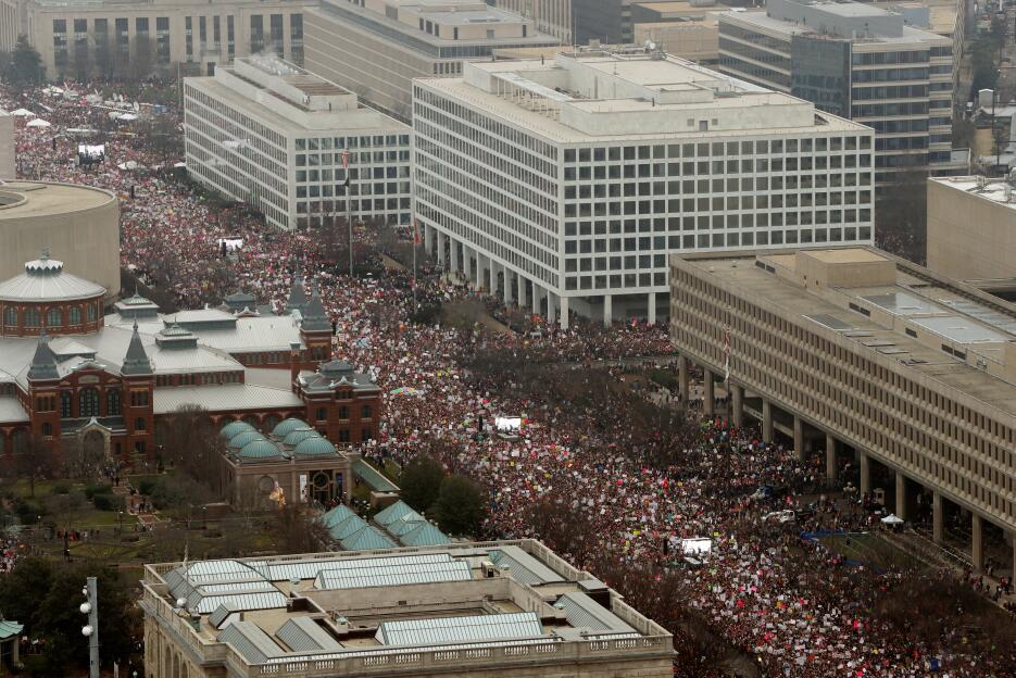 Los manifestantes toman parte en la Marcha de Mujeres para protestar con...
