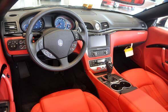 El tablero tiene la forma en 'V' que distingue a los autos de Maserati y...