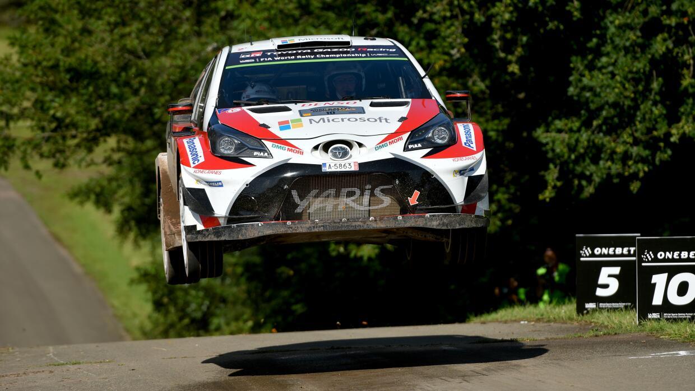 Los finlandeses Juho Hanninen y Kaj Lindstrom, compiten en su Toyota Gaz...