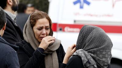 Los familiares de los ocupantes del vuelo accidentado se concentraron en...