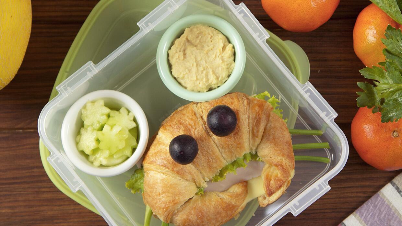 Croissant de pavo y queso + apio con hummus + melón + agua de mandarina