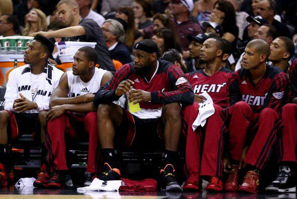 LeBron James desde el banquillo del Miami Heat en el segundo juego ante...