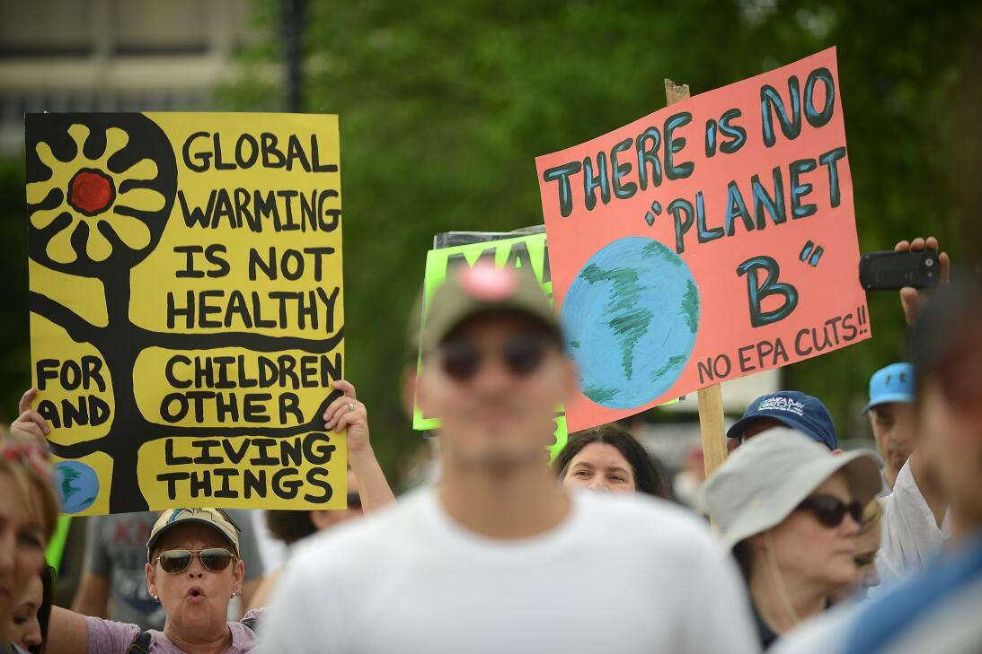 FOTOS: Miles de personas marchan por el clima en día que Trump cumple 10...