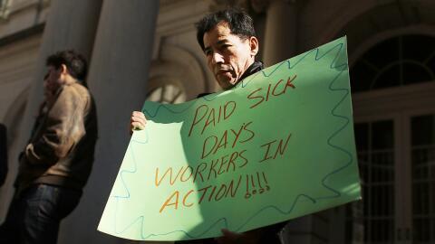 Un hombre protesta a favor de las licencias pagadas en Nueva York. La ci...