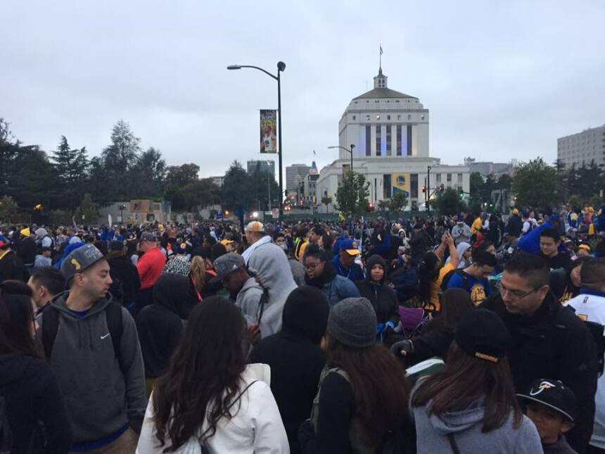 Las calles de Oakland se vistieron de amarillo y azul para festejar la v...