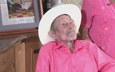 Juan Pablo Villalobos, quien podría ser el hombre más viejo del mundo, r...