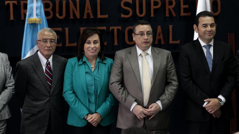 Torres (centro) y Morales (derecha en la foto) con autoridades electorales