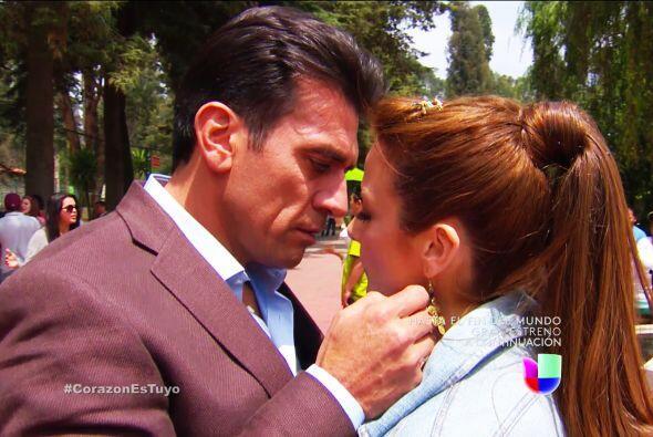 ¡Qué románticos Fernando y Ana! Ya ven, no pueden ocultar el gran amor q...