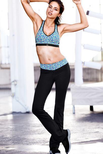Victoria's Secret sabe el poder que tienen las curvas de esta chica, por...