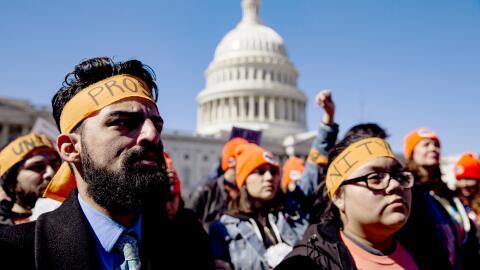 Dreamers durante una marcha frente al Congreso para pedir que apruebe un...