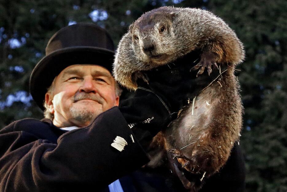 John Griffiths, entrenador del Club Marmota, sostiene a Punxsutawney Phi...