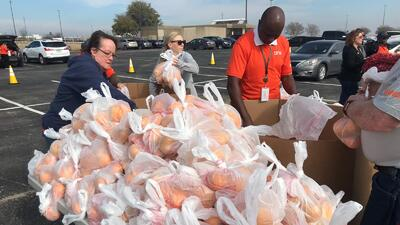 Empleados federales al norte de Texas reciben ayuda con alimentos