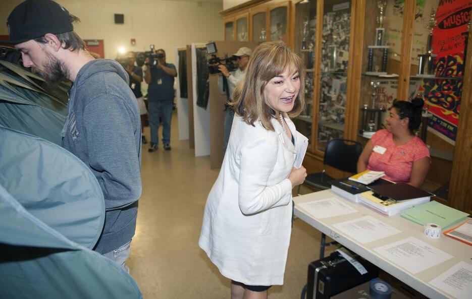 La congresista Loretta Sánchez vota en Orange. Se presenta al Senado por CA