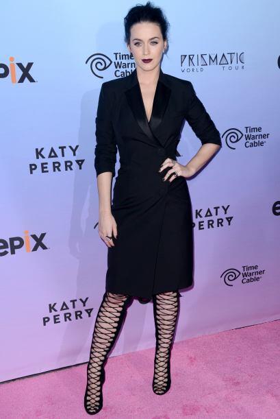 Katty Perry decidió ir con una tendencia muy gótica, lleva...