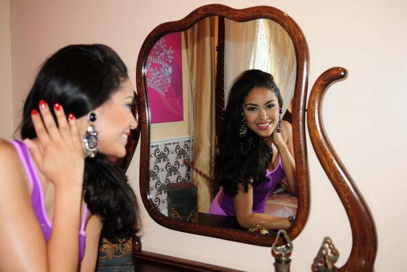Nabila nos presumió su enorme espejo, el cual seguramente usará para luc...
