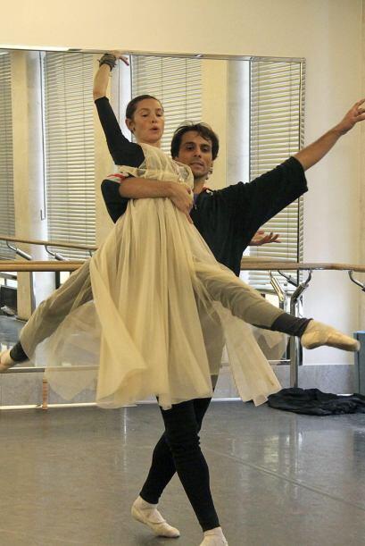 El bailarín español Ígor Yebra junto a la bailarina Natalia Balahnicheva...