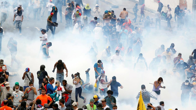 Con gases lacrimógenos, perdigones y en algunos casos con balines que co...