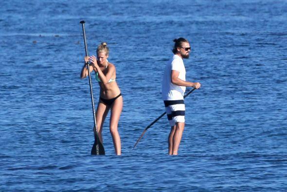 La parejita decidió practicar un poco de 'paddleboarding', aunque al pri...