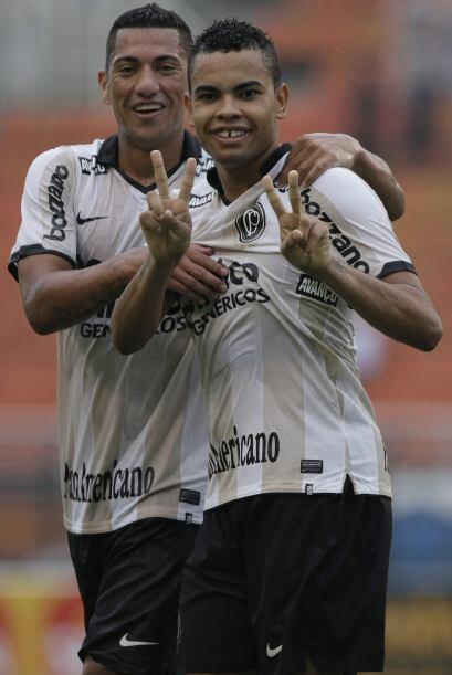El ´Timao´empató 1-1. El delantero Dentinho, en la foto,  puso en ventaj...
