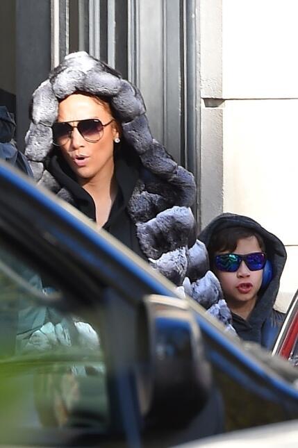Jennifer López, aquí junto a su hijo Max, también tiene en planes la rea...
