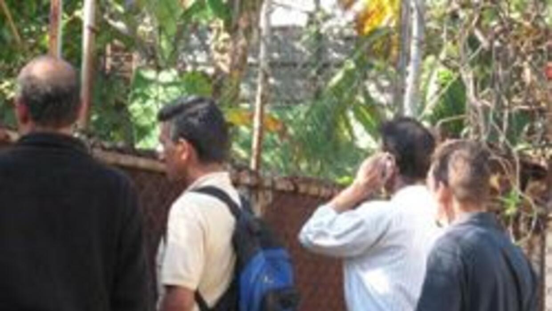 Los agentes se viran para no enseñar sus caras, vigilando la casa de Vla...