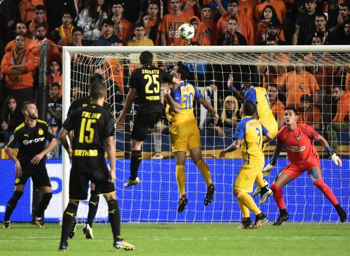 La gran noticia del juego fue el debut en Champions League del mexicano...