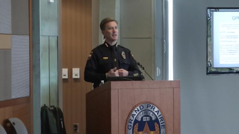 El jefe de la policía de Grand Prairie, Steve Dye, se dirige a coordinad...