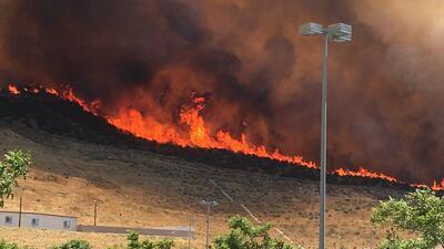 Incendio quema vehículo del canal NBC y amenaza a viviendas en Los Ángeles