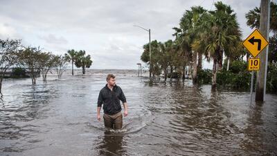 Un hombre camina sobre una zona inundada por Irma en Jacksonville, Florida.
