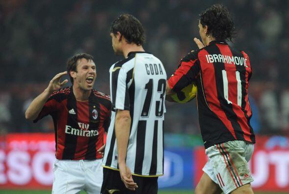 Milan alcanzó a igualar en un duelo lleno de goles y locura en la...