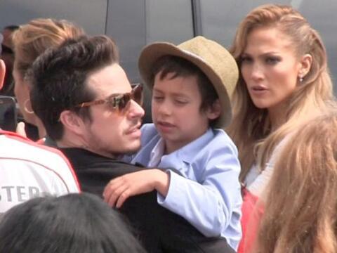 La cantante llevó a sus hijitos, Emme y Max, al estreno de su cin...