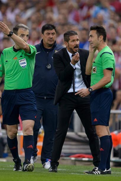 Simeone fue expulsado por protestar y le dio una pequeña mano en la cabe...
