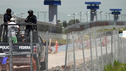 Policía federal custodian los alrededores del penal El Altiplano