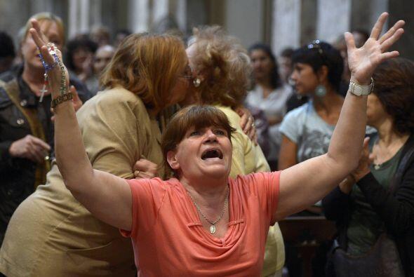 Centenares de fieles acudieron a la catedral de Buenos Aires al conocer...