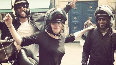 Motociclistas 'salvan' a Courtney Love de manifestantes