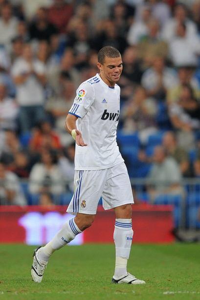Otro luso, Pepe, retomó su lugar en la zaga después de sufrir algunas le...