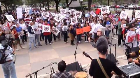 """En Un Minuto Houston: Con el lema """"Somos Texas"""", cientos de personas pro..."""