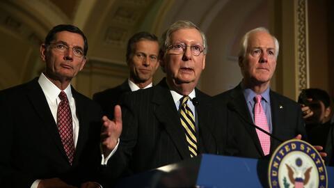 Senadores republicanos junto a Mitch McConnell, líder de la mayor...