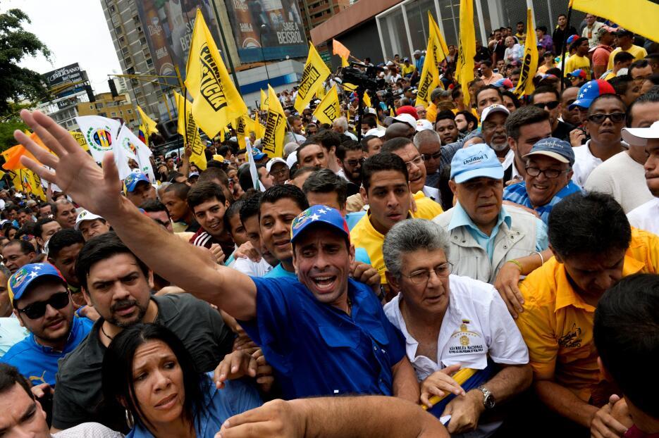 La oposición venezolana pelea en la calle el derecho a revocar el mandat...