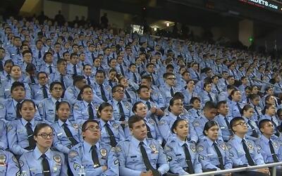 El escándalo que azota a la policía de Los Ángeles no empañó la graduaci...
