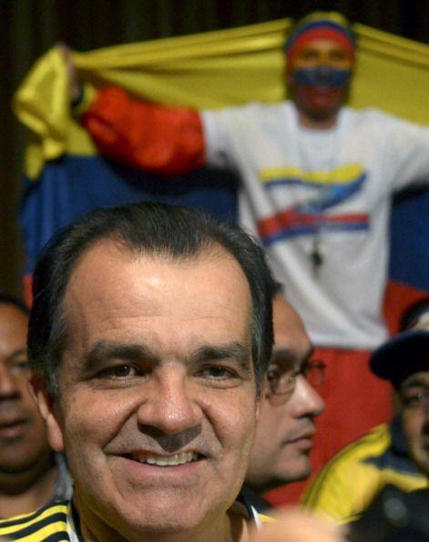 Los dos candidatos presidenciales, el mandatario Juan Manuel Santos y el...