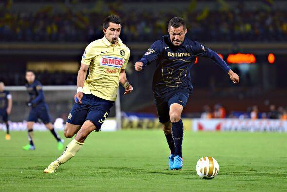 El contención de las Águilas, Jesús Molina, intenta despojarle la pelota...
