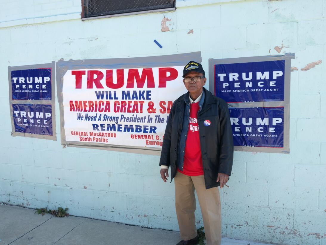 Un político local  republicano del sur de Filadelfia muestra con orgullo...