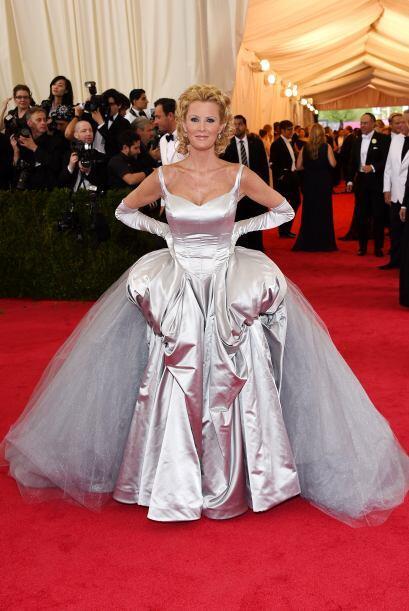 Esperemos que Sandra Lee no haya tomado mucha agua, pues con ese vestido...