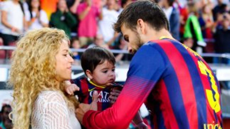 Piqué al lado de sus dos amores, Shakira y su hijo Milan.