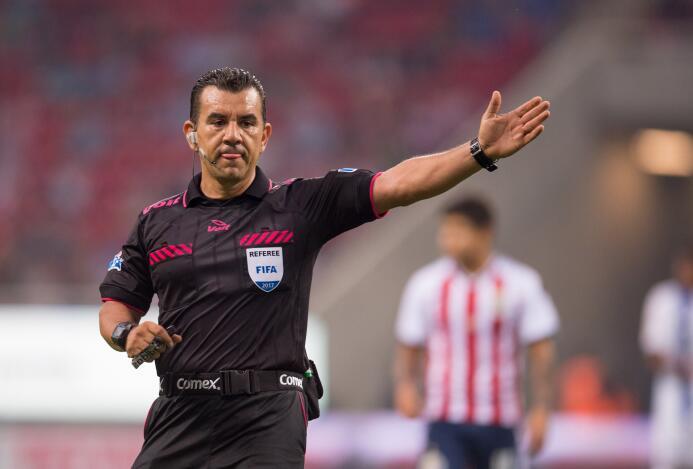 Chivas y Porto empatan con polémico final Arbitro Paul Delgadillo.jpg