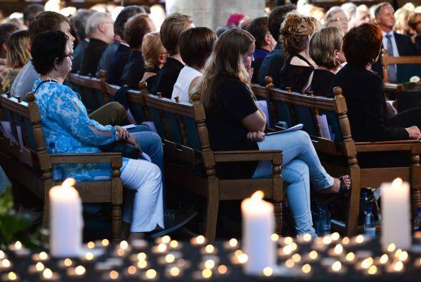 La gente atiende un servicio religioso en memoria de las 298 víctimas de...